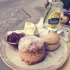 """frische scones im #englandengland"""".  #neustadt #martinlutherplatzinlove"""