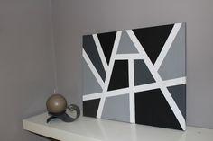 Décoration murale sur toile: noir, gris, blanc. Un joli tableau pour décorer votre salon, votre couloir...  Toile blanche peinte avec des formes géométriques. Possibilité de choisir les couleurs.   Cette décoration est à poser ou à accrocher dans le sens horizontal ou vertical.  Dimension: 40 cm * 50 cm.  Chaque création est unique, n'hésitez pas à me contacter pour plus de renseignements.