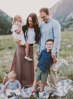 Mountainside Family Photos in Utah filled with adorable moments and super cute o. Mountainside Family Photos in Utah filled with adorable moments and super cute outfits – Inspired By This Family Portrait Outfits, Family Photo Outfits, Family Photo Sessions, Family Posing, Fall Family Portraits, Mini Sessions, Family Photoshoot Ideas, Family Portraits Outside, Fall Family Picture Outfits
