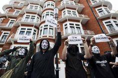 Simpatizantes de Julian Assange muestran su apoyo al fundador de Wikileaks en la embajada de Ecuador en Londres para evitar su extradición a Suecia. (EFE)