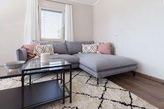 modernes Design mit roséfarbenen Details im Wohnzimmer des Musterhauses Style 163 W Villa, Couch, Furniture, Home Decor, Style, Graz, Room Layouts, Modern Architecture, Contemporary Design