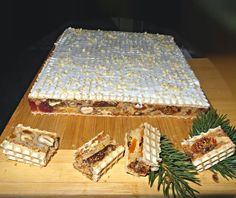 Vianočná delikatesa1/2 šálky lieskové oriešky 1/4 šálky vlašské orechy  100 gr. sušených marhúľ 2 lyž. kand. pomarančovej kôry 2 lyž. kand. citrónovej kôry 1 balíček kand. čerešní lyžica lúpanej slnečnice lyžica ľanových semiačok 2 lyžice plodov Goje 1 lyžica tekvicové semienka 2 vajcia 100 gr.  cukru lyžička škorice 1 lyžica vanilka štipka soli 5  lyžíc múky (3 pšen, 1 kukur , 1 pohán.) 2 ks oblátok (24 x 22) poleva (práškový cukor + citrónovou šťavou +1-2 bielky spolu vyšľahať do tuha)