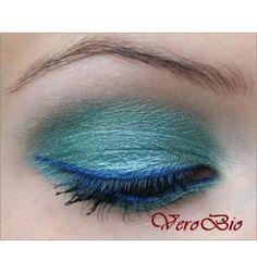 Make up interamente realizzato con prodotti Benecos: Baked Eyeshadow Amazing, Kajal Bright Blue e Mascara Maximum Volume.