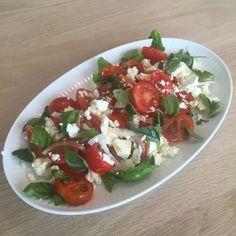 Tomatsalat med feta, løg, frisk basilikum, frisk oregano, olie og hvidvinseddike.