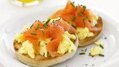 Pequeno-almoço, entrada ou refeição ligeira... Estes ovos mexidos com salmão fumado são deliciosos! #Ovos_Mexidos_com_Salmão_Fumado #receitas #entradas #ovos #salmão