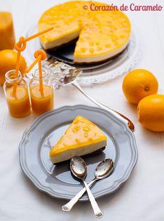 Corazón de Caramelo Tarta de naranja sin horno INGREDIENTES:  para la base:     1 paquete de galletas Digestive con chocolate     60 gr. de mantequilla     1 puñado de nueces  Para la mousse de naranja:      1 naranja     250 ml. de nata 35% M.G.     1 yogur griego     4 hojas de gelatina neutra     50 gr. de azúcar glass  Para la decoración:      1 bote de mermelada de naranja (250 gr. aproximadamente)     1 hoja de gelatina neutra