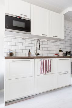 White kitchen / Subway tiles / White floor http://skiglari-norppa.blogspot.com