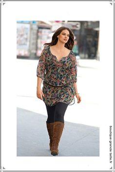 Blouse forme tunique en voile recouverte de motifs aux couleurs atonales, taille maxi 58 ample et confortable.