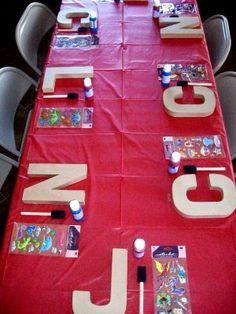 Nos encanta esta idea para fiesta de cumpleaños con tematiac de Arte. La inicial de cada niño en cartón para que ellos mismos las decoren!