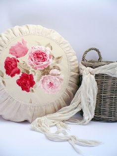 Kulatý lněný polštář s růžemi