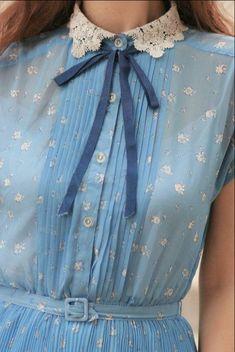 галстук-бант, маленький кружевной воротник, цветочный принт, акцент на талии, плессировка, полупрозрачный материал