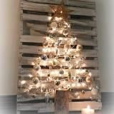 Linked to: redheadcandecorate.com/4/post/2014/11/pallet-christmas-tree.html.   I love this! It would be awesome in a Barn or a Coop