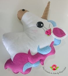 Absolutely love this pillow Felt Crafts, Fabric Crafts, Kids Crafts, Sewing Crafts, Diy And Crafts, Sewing Projects, Unicorn Diys, Unicorn Pillow, Unicorn Crafts