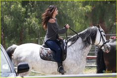 She had a big weekend at Coachella with her on-off boyfriend Justin Bieber. But Selena Gomez pulled back the pace on Thursday and got back to nature, instead opting to spend a day on a Los Angeles ranch canoodling with and riding horses. Selena Selena, Fotos Selena Gomez, Estilo Selena Gomez, Celebrity Couples, Celebrity Gossip, Celebrity News, Boyfriend Justin, Shane Harper, Star Wars