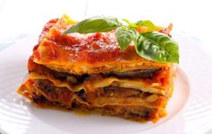 A lighter version of traditional eggplant Parmesan keeps all the rich gooeyness while maintaining the flavors of the classic dish. Our dish is baked instead of fried, and we add portobello mushrooms and chickpeas for added protein so you can indulge without worry. Eggplant Parmesan Lasagna, Pasta Facil, Eating For Weightloss, Diet Plan Menu, Slim Fast, Meal Prep For The Week, Healthy Recipes For Weight Loss, Cookies Et Biscuits, Italian Recipes