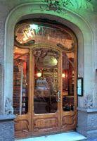 Farmacia Ferrer Argelaguet, calle Roger de Llúria nº 74, y fue fundada en 1906 conforme al estilo modernista. Conserva en su interior todas las estanterías de madera con una rica decoración de inspiración naturalista, así como el mostrador y el mueble donde se cobraba. En las puertas de acceso, se puede leer en los cristales el nombre de la antigua farmacia grabado al ácido. Barcelona