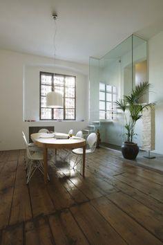 salle à manger avec une table ovale en bois et chaises