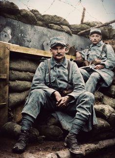 Fin juillet 1916, Somme. Des combattants du 23e RI dans une tranchée.: