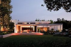 Casa contemporánea en Chile construido alrededor de un jardín con árboles nativos