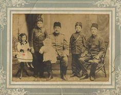[Ottoman Empire] A Gendarme Father and His Children, Trabzon, 1910 (Osmanlı Jandarma Baba ve Çocukları, Trabzon,1910)