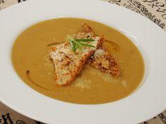 Vynikající, pikantní, chuťově výrazná krémová polévka s plátky opečeného toustového chleba. Thai Red Curry, Soups, Ethnic Recipes, Food, Onion, Essen, Soup, Meals, Yemek