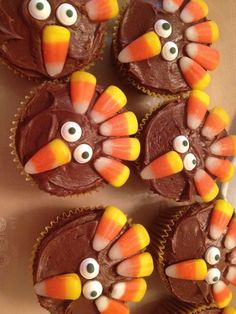 Here are these really cute turkey cupcakes that are a perfect dessert for children on thanksgiving Thanksgiving Cupcakes, Turkey Cupcakes, Thanksgiving Parties, Thanksgiving Table, Thanksgiving Recipes, Turkey Cookies, Thanksgiving Birthday, Turkey Birthday Party, Turkey Cake