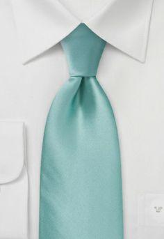 Corbata de seda unicolor verde menta. Todas la partes de corbata, incluyendo el relleno y la entretela, están cortadas en un ángulo de 45 grados.
