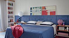 Roupa de cama, almofada de algodão azul e manta de tricô, da Trousseau. Do lado esq., pendente, da Reka. Do lado dir., luminária de PVC, da ...