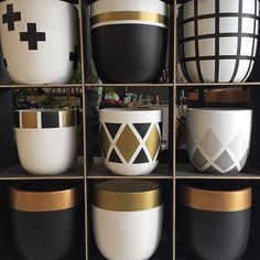 Creative Interior wall painting designs for living room,Interior paint color selection tips and Interior painting tips and tricks. Painted Flower Pots, Painted Pots, Painted Bricks, Hand Painted Pottery, Diys, Interior Paint Colors, Interior Painting, Painting Doors, Painting Walls