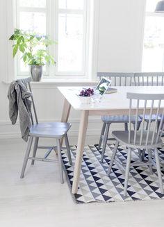 Zucht... Dit dus, misschien voor het zomer huisje? :-) de stoelen heb ik toch al, ikea het bijbehorende kleedje.