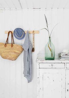 60-luvun mökki Karjalohjalla   Meillä kotona My Dream Home, Bathroom Hooks, Cottage, Interior Design, Home Decor, Country Living, Summer Vibes, Seaside, Beach
