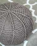 This crochet floor pouf is easy to make with the free step-by-step crochet pattern. Start creating this crochet floor pouf today! Crochet Pouf Pattern, Crochet Cushions, Crochet Pillow, Diy Crochet Floor Pouf, Crochet Floor Cushion, Diy Pouf, Crochet Home Decor, Crochet Crafts, Free Crochet