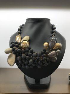 17acdbe593cf Collar de resinas en color gris hecho a mano. Grey necklace handmade with  resin www