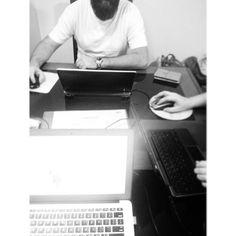trabalhando no feriadão. Fechando parcerias do bem. Realizando projetos. #favolabs #kellypais #danielcordeiro #pb #pretoebranco #bw #blackandwhite #beard #design #programming #site #arduino #marketing #art #creativity  #brainstorming @kellypais @dhscordeiro by favola.co