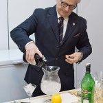 """Il barman Luciano Trevisani all'opera durante l' """"Ave Martini"""" di Bologna"""