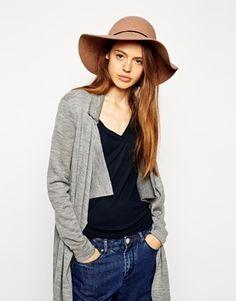 €33, Sombrero de Lana Marrón Claro de Asos. De Asos. Detalles: https://lookastic.com/women/shop_items/123011/redirect