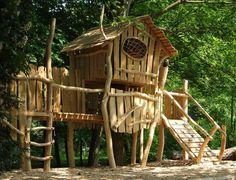 Leiter und Kletterwand verwandeln das Baumhaus auf Stelzen in einen Abenteuerspielplatz.
