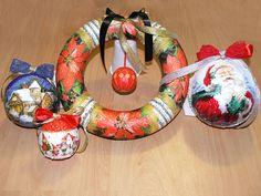 Coronite din polistiren si globulete, decorate cu Tehnica servetelului si pasta de zapada, realizate la Atelierul DECO CRAFT®, la cursul: Tehnica servetelului pe polistiren - Decoratiuni de Craciun. Servetele de Iarna si de Craciun si Anul nou: http://www.decocraft.ro/en/servetele-de-iarna http://www.decocraft.ro/en/servetele-craciun-anul-nou