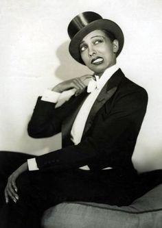 Josephine Baker, American singer, danser and actress (1906-1975).