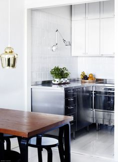These Kitchen Design Trends That Are Here to Stay. Sleek & modern spaces with organic touches (think indoor plants, wood accents) wrapped up in silky white color is a kitchen trend we still love. Kitchen Buffet, New Kitchen, Kitchen Dining, Space Kitchen, Kitchen Decor, Home Interior, Kitchen Interior, Home Design, Decoration Inspiration