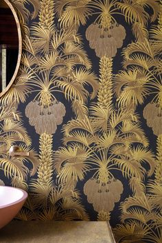 Hollywood Palm wallpaper by Martyn Lawrence Bullard for Cole and Son is a stunning large-scale tropical print of palm trees complete with sprawling leaves and which is referred to as a classic. That's because the Hollywood Palm wallpaper design incorporat Cole And Son Wallpaper, Palm Wallpaper, Art Deco Wallpaper, Feature Wallpaper, Tropical Wallpaper, Cool Wallpaper, Designer Wallpaper, Handmade Paint, Hallway Decorating
