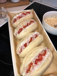 Täytetyt sämpylät Hot Dog Buns, Hot Dogs, Sandwiches, Food And Drink, Bread, Ethnic Recipes, Brot, Baking, Breads