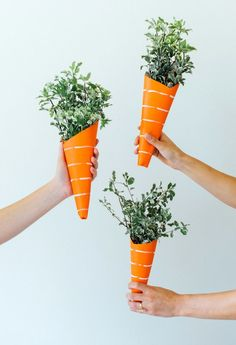 Carrot Inspired Greenery Bouquets - Shared Hosting - Are you hosting an Easter brunch this year? Give your guests something to remember with these fun carrot-shaped greenery bouquets! Diy Projects Easter, Easter Crafts, Easter Ideas, Easter Brunch, Easter Party, Bunny Party, Diy Ostern, Easter Holidays, Hoppy Easter