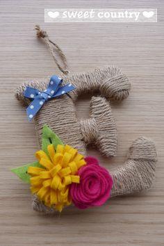 lettere rivestite con cordoncino grezzo e fiori di feltro : Decorazioni murali di emiliaformia