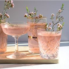 Pink drinks with flowers. Food styling for drinks Snacks Für Party, Party Drinks, Aesthetic Food, Blue Aesthetic, Cocktail Recipes, Drink Recipes, Cocktail App, Cocktail Glass, Food Styling