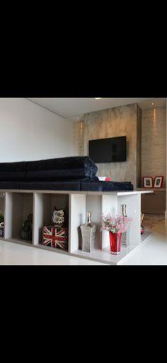 Aparador de sofá em laca gianduia. Constraste com sofá preto. Projeto Alcides Barrios.
