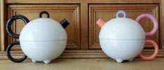 1987, Italie/Duitsland Tea for one bestaat uit een hoogwaardig geglazuurd theepotje en een 'ingebouwde', grote theekop.  De opvallende, gekleurde grepen maken van dit functionele item, tegelijkertijd een verrukkelijk kunstwerkje.   1987 ontworpen door Matteo Thun, lid van de legendarische ontwerpers groep Memphis, voor het Arzberg bedrijf ( lid van de Rosenthal / Wedgewood groep) deze set Tea for one - een theepot met een ingebouwde beker, aangeboden in de klassieke witte porseleinen versie…
