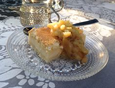Hämmentäjä: Täydellisen täyteläinen vaniljakakku ja omena-limekompotti. The perfectly full-bodied and velvety vanilla cake with apple and lime compote.