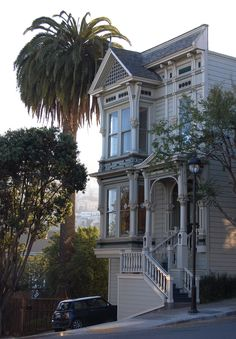 San Francisco - California - USA (von Ed Brodzinsky) Victorian on the corner ==== late afternoon sunlight highlights this Victorian house on a corner site above Market Street in the Corona Heights neighborhood of San Francisco
