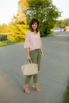 Pink ruffle sweater olive pants calca verde militar, calça verde, looks par Olive Pants Outfit, Olive Green Outfit, Autumn Winter Fashion, Spring Fashion, Mode Ab 50, Cyndi Spivey, Fall Fashion Trends, Spring Outfits, Clothes For Women